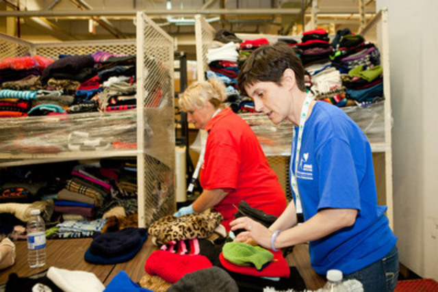 Palais des congrès employees sorting clothes at the Welcome Hall Mission. (CNW Group/Palais des congrès de Montréal)