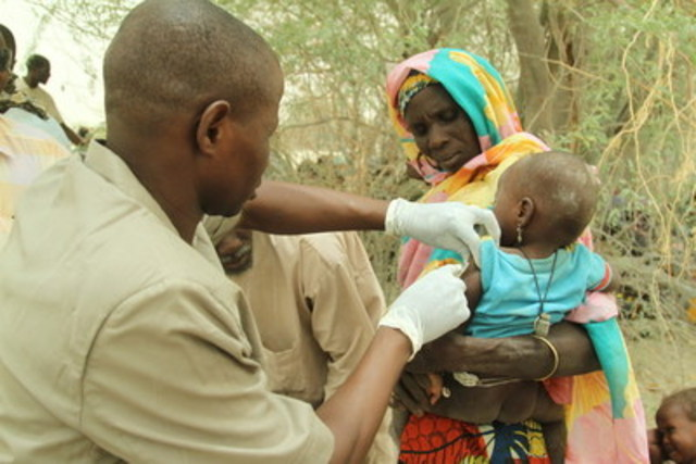 A mother watches as her daughter is vaccinated against measles. UNICEF and its partners are on the ground serving the population of Diffa in Niger to make sure they have access to health and protection services. © UNICEF/UN013159/Arnaud (CNW Group/UNICEF Canada)