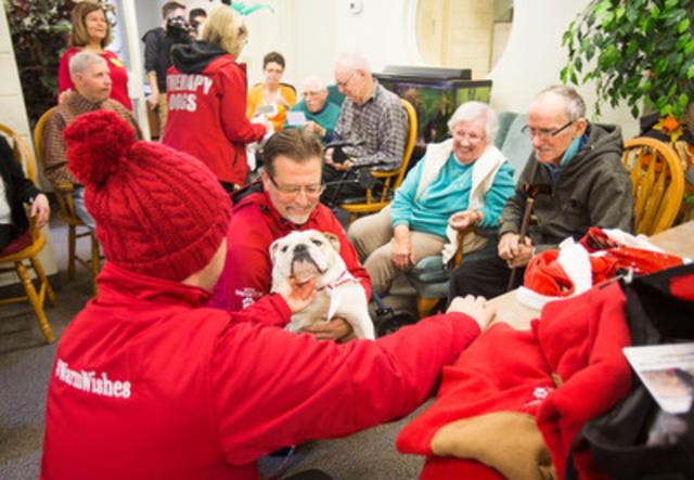 Tim Hortons fait une surprise à un centre d'aînés avec une visite par des chiens de thérapie le 16 novembre à Grimsby en Ontario. (Groupe CNW/Tim Hortons)