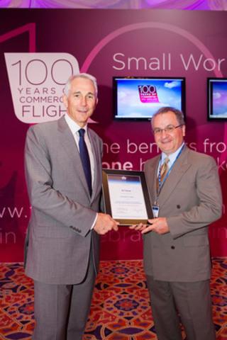 Tony Tyler, directeur général et chef de la direction de l'IATA et George Petsikas, directeur principal Affaires gouvernementales et de l'industrie, Transat A.T. (Groupe CNW/Transat A.T. inc.)