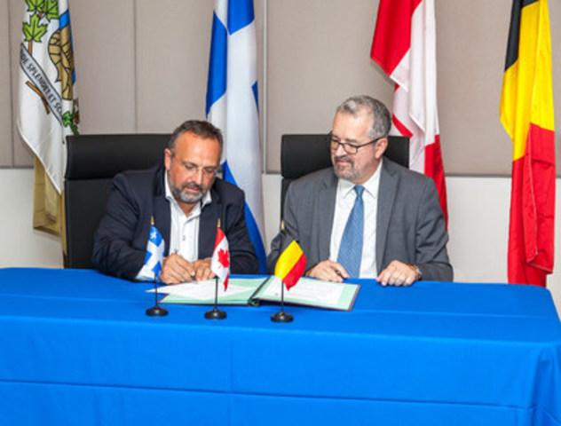 C'est lors d'une visite le 7 septembre dernier, d'une délégation de l'Université de Liège à l'Institut de recherche en immunologie et en cancérologie (IRIC) de l'Université de Montréal que monsieur Guy Lefebvre, Vice-recteur aux affaires internationales, à la Francophonie, à la philanthropie et aux relations avec les diplômés de l'Université de Montréal (à droite) et le Dr Éric Haubruge, premier vice-recteur de l'Université de Liège (ULg) (à gauche) ont procédé à la signature d'une entente de collaboration entre les deux universités. (Groupe CNW/Institut de recherche en immunologie et en cancérologie de l'Université de Montréal)