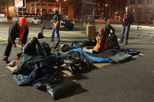 130 Aeroplan employees sleep on the street in support of homeless youth. (CNW Group/AEROPLAN CANADA INC.)