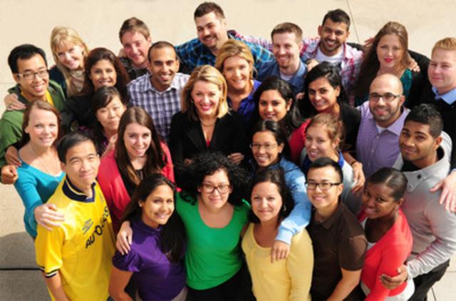 Shelley Broader, présidente et chef de la direction de Walmart Canada (au centre), a aujourd'hui lancé le Défi vert Walmart pour étudiants 2013. Il y aura 100 000 $ en argent comptant et en prix. Les étudiants seront engagés dans une véritable course pour démontrer leurs meilleures idées innovatrices et écologiques sur le plan commercial. (Groupe CNW/WalMart Canada)