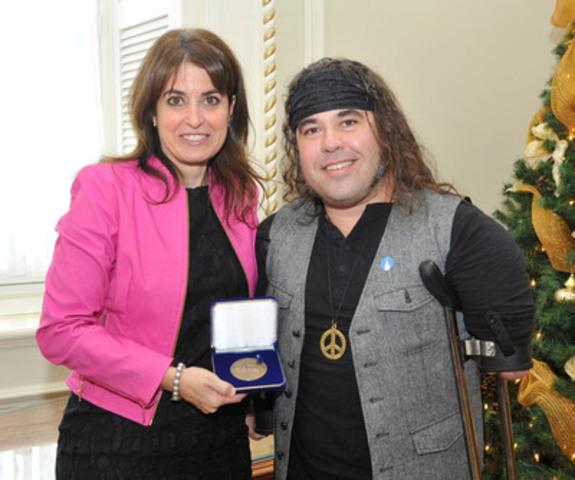 La ministre Véronique Hivon remet la Médaille de l'Assemblée nationale à Martin Deschamps (Groupe CNW/Cabinet de la ministre Hivon) (Groupe CNW/Cabinet de la ministre déléguée aux Services sociaux et à la Protection de la jeunesse)