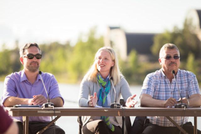 La ministre McKenna s'adresse à la foule lors d'une séance de discussion sur les changements climatiques animée par le député Michael McLeod à Yellowknife, aux Territoires du Nord-Ouest. (Groupe CNW/Environnement et Changement climatique Canada)
