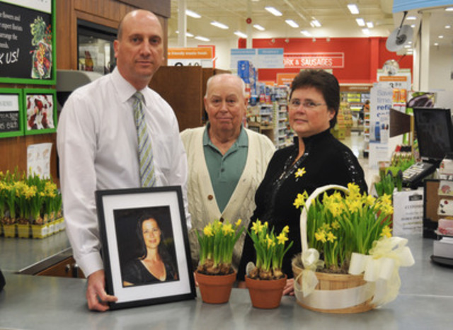 Debbie Hunt joins her father, Oscar, and Zehrs® Bolton store manager Marco Cesarone to honour the memory of former store employee Dawna Hunt during the launch of the Canadian Cancer Society's Daffodil Month. (Photo credit: Matthew Strader for the Canadian Cancer Society) (CNW Group/Canadian Cancer Society (Ontario Division))