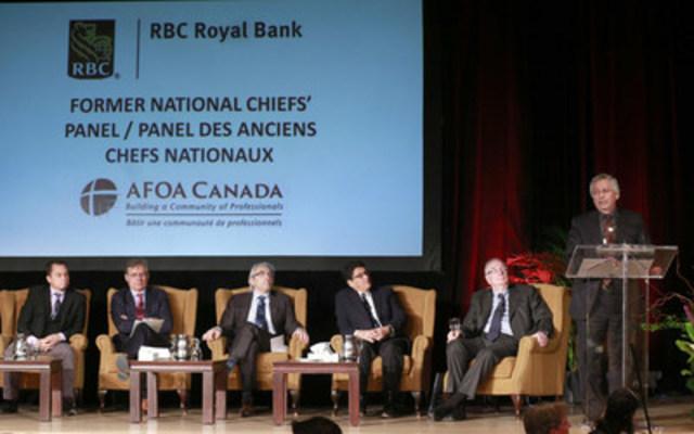 Réunis pour la première fois, cinq anciens chefs nationaux de l'APN ont discuté des leçons apprises et des enjeux de demain lors d''une table ronde commanditée par RBC dans le cadre du Congrès national d''AFOA Canada. (de gauche à droite) : Shawn A-in-chut Atleo ; Matthew Coon Come ; Phil Fontaine ; Ovide Mercredi ; George Erasmus (podium) ; et l''animateur, l''ancien premier ministre Paul Martin. (photo : Peter Ford) (Groupe CNW/RBC (French))
