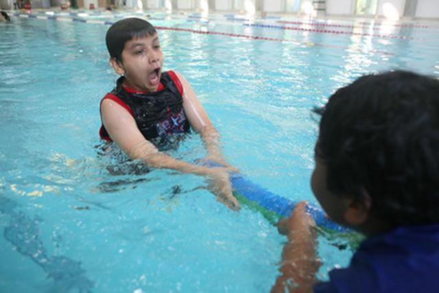 Des élèves de la 7e année de l'école publique Winchester démontre le meilleur moyen de venir en aide à un ami et ce sans risquer leur propre vie. (Groupe CNW/Lifesaving Society)