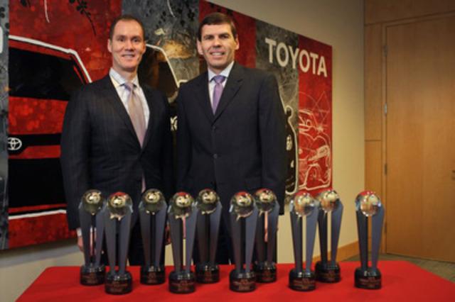 2015 meilleure valeur résiduelle au Canada d'ALG : Larry Hutchinson, vice-président, Toyota Canada et Geoff Helby, ALG (Groupe CNW/Toyota Canada Inc.)