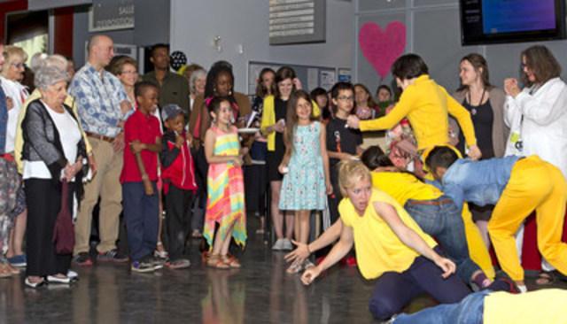 La compagnie de danse Bouge de là, en résidence à la Maison culturelle et communautaire, a livré une amusante performance in situ, à l'occasion de l'ouverture du Festival des arts de Montréal-Nord. (Groupe CNW/Arrondissement de Montréal-Nord (Ville de Montréal))