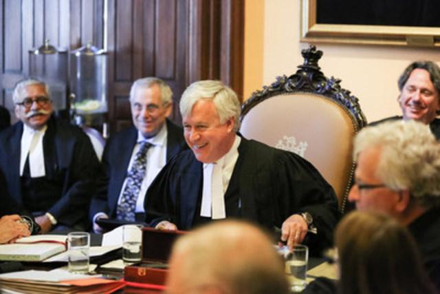 Entouré des conseillers du Barreau, le nouveau trésorier, Paul B. Schabas (au centre), préside le Conseil pour la première fois. (Groupe CNW/Barreau du Haut-Canada)