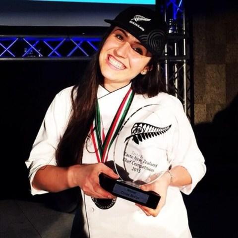 Chloë St-Cyr recevant son prix lors d'une ceremonie à Dubai. (Groupe CNW/miummium)