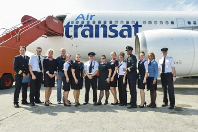 L'équipage d'Air Transat ayant participé au vol. (Groupe CNW/Transat A.T. Inc.)