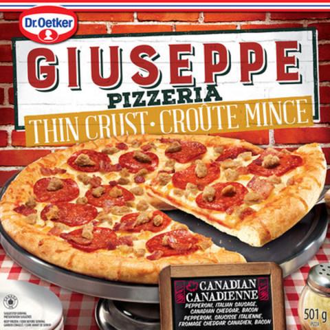 La pizza Canadienne Croûte mince Giuseppe Dr. Oetker, garnie de pepperoni, saucisse Italienne, fromage cheddar et de bacon, remplacera la pizza Canadienne Croûte mince McCain dès cet automne. (Groupe CNW/Dr. Oetker GmbH)