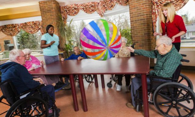 Au personnel de première ligne des établissements de SLD d'adapter les services – en y incluant la musicothérapie, la zoothérapie et la récréothérapie au lieu d'avoir recours à de puissants médicaments. (Groupe CNW/Canadian Foundation for Healthcare Improvement)