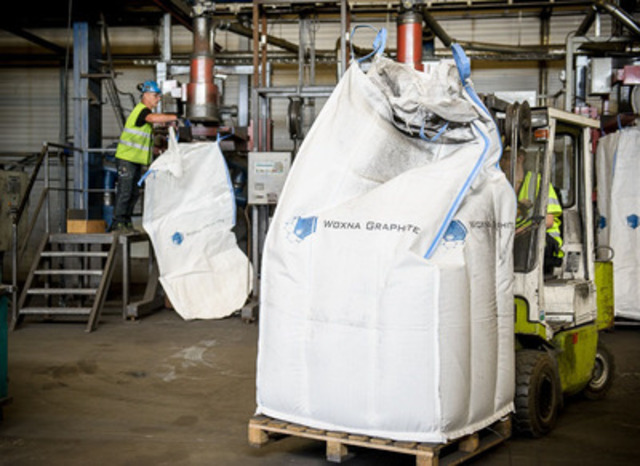 Product being bagged for shipment (CNW Group/Flinders Resources Limited)