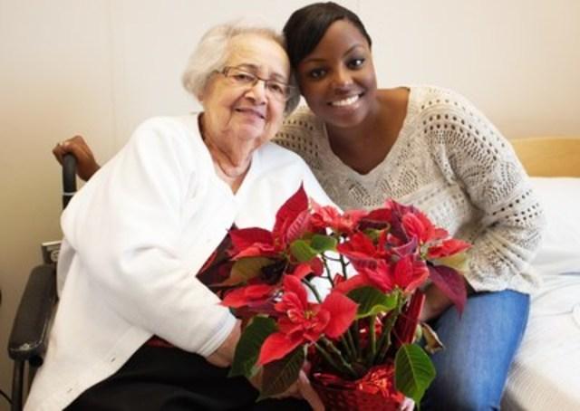 « Quand j'ai de la compagnie, je ne suis pas malade ! », Madame Delesi, une Vieille Amie de 95 ans en convalescence au CHSLD, en compagnie de sa bénévole, Fabyola. (Groupe CNW/Les Petits Frères)