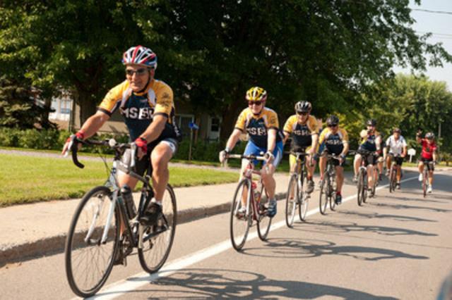 Des cyclistes du Club 1000 $ + sur le parcours du Vélotour SP à Trois-Rivières (Groupe CNW/Société canadienne de la sclérose en plaques)