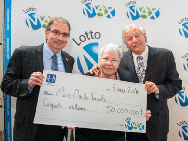 Simon Patenaude, président et chef de la direction de Loto-Québec par intérim, Marie-Claude Turcotte, la gagnante, et Yves Corbeil (Groupe CNW/Loto-Québec)