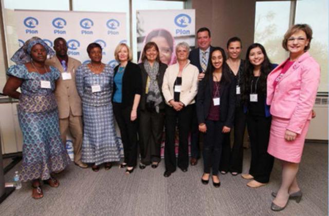 Rosemary McCarney, présidente-directrice générale de Plan Canada, Mme Laureen Harper, l'honorable Christian Paradis, ministre du Développement international et ministre de la Francophonie, l'honorable Lynne Yelich, ministre d'État (Affaires étrangères et consulaires), les députées Hélène Laverdière et Kirsty Duncan, aux côtés de membres de communautés de la Tanzanie et du Zimbabwe et de responsables canadiennes de la défense des droits des enfants, lors de la présentation des bienfaits des investissements canadiens dans la santé des mères, des nouveau nés et des enfants dans les pays en développement. (Groupe CNW/Plan Canada)