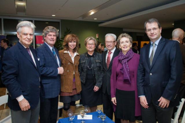 De gauche à droite : Maurice Lagacé, André J.P. Couillard, Johanne Morency, Gisèle Beaulieu, Michel Saucier, Louise Lambert-Lagacé, Tarik Möröy (Groupe CNW/Institut de recherches cliniques de Montréal (IRCM))