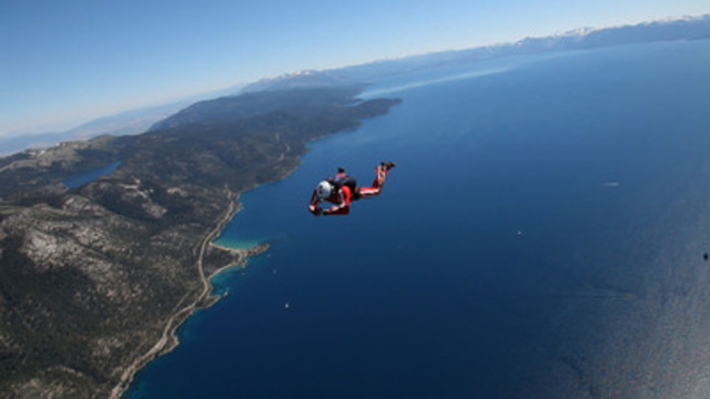 Skydiver, JT Holmes books a hotel from the Hotels.com mobile app as he falls from the sky over Lake Tahoe, Nevada. (CNW Group/Hotels.com)