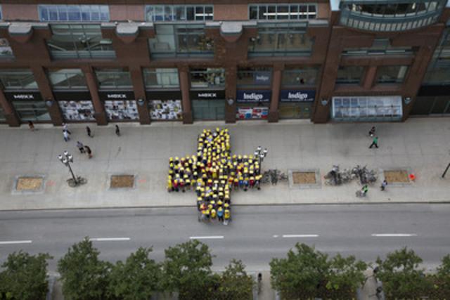 L'organisation de 89 Relais pour la vie de la Société canadienne du cancer a permis d'amasser 13 028 735 $. Pour souligner cet exploit, la réalisation d'une œuvre collective en solidarité envers les personnes touchées par le cancer a eu lieu. Une foule a recréé un énorme « plus » dans le but de montrer que nous faisons tous partie de la solution. (Groupe CNW/Société canadienne du cancer (Division du Québec))