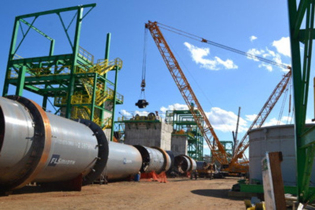 Picture 5: Final Roller for Kiln Being Lifted into Place (CNW Group/Largo Resources Ltd.)