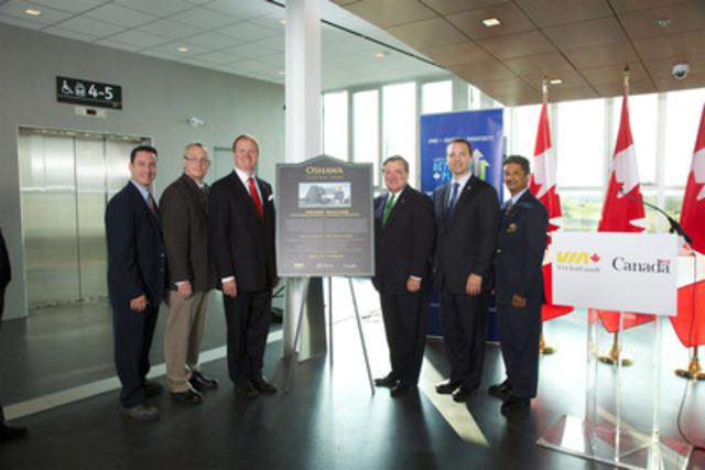 VIA Rail et le gouvernement du Canada ont inauguré la nouvelle passerelle et le nouveau quai central à la gare d'Oshawa (de gauche à droite: Patrick Chouinard, John G. Henry, maire d'Oshawa, le député Dr. Colin Carrie, le ministre Jim Flaherty, Paul G. Smith, Didier Luchmun). (Groupe CNW/VIA RAIL CANADA INC.)
