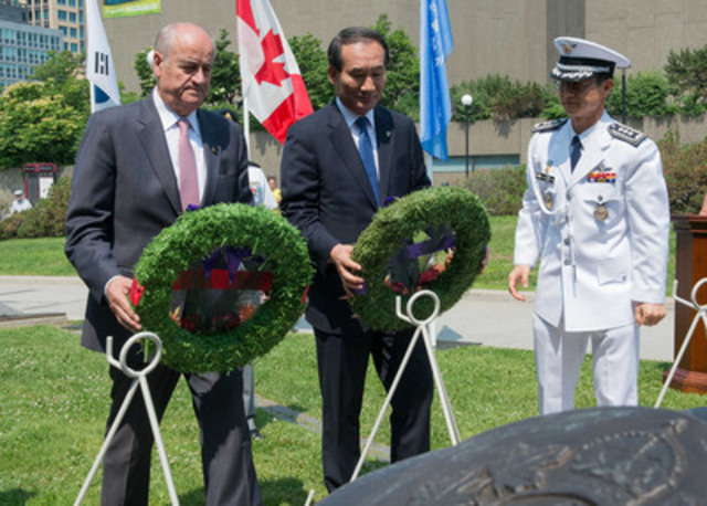 The Honourable Julian Fantino, Minister of Veterans Affairs, and the Honourable Park Sung Choon, Minister of Patriots and Veterans Affairs for the Republic of Korea, lay wreaths during a ceremony for the 61st anniversary of the Korean War Armistice. (CNW Group/Veterans Affairs Canada)