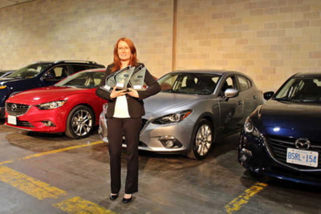 Sandra Lemaitre, directrice nationale, Relations publiques, Mazda Canada, présente les prix et les voitures gagnantes - Photo : Eric Novak, Modern Media Perspectives. (Groupe CNW/Mazda Canada Inc.)