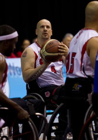 David Durepos de Fredericton, au Nouveau-Brunswick, est l'un des meilleurs tireurs de paniers à trois points au monde en basketball en fauteuil roulant. À ce titre, il vient d'être choisi pour porter le drapeau de l'équipe canadienne lors de la cérémonie d'ouverture des jeux parapanaméricains de 2011 à Guadalajara. (Groupe CNW/COMITE PARALYMPIQUE CANADIEN (CPC))