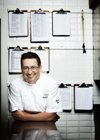 Le Grand Chef Relais & Châteaux Normand Laprise remporte le prix James Beard Foundation à New York pour son livre « Toqué! Les artisans d'une gastronomie québécoise » (Groupe CNW/RESTAURANT TOQUÉ!)