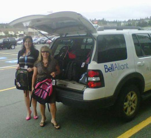 Employées de Bell Aliant à Terre Neuve et Labrador, Wendy Walsh (gauche) et Brenda Noseworthy (droite), sur leur chemin pour livrer un camion rempli de sacs à dos pour les enfants. (Groupe CNW/BELL ALIANT INC. - FRANCAIS)