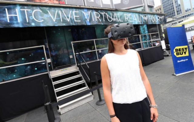 Le camion et le casque de réalité virtuelle Vive de HTC font leur entrée remarquée au Canada lors de l'Événement Vie et technologie de Best Buy, présentant le dernier cri en techno prêt-à-porter. Le lancement du Vive de HTC dans les magasins Best Buy au Canada et sur BestBuy.ca aura lieu très prochainement. (Groupe CNW/Best Buy Canada)