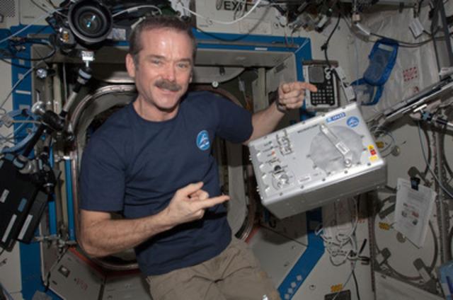 Depuis la Station spatiale internationale, le commandant Chris Hadfield a présenté le Microflow, mis au point à l'INO de Québec. (Groupe CNW/INO (INSTITUT NATIONAL D'OPTIQUE))