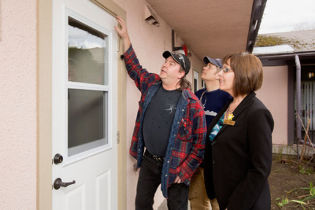 REnEW participant Tim Goodwin shows off energy efficient upgrades made to Hinode Home. (CNW Group/FortisBC)