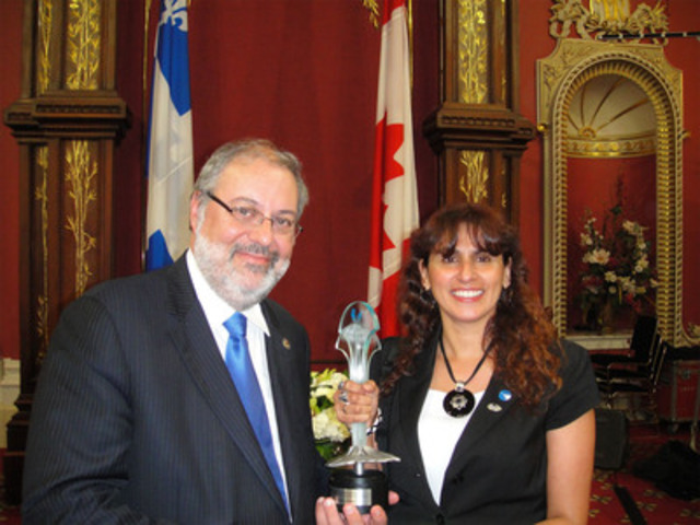 Pierre Arcand, ministre de l'environnement, et Romy Bazo, coordonnatrice en acquisition de propriétés pour la conservation chez Nature-Action Québec. (Groupe CNW/Nature-Action Québec)