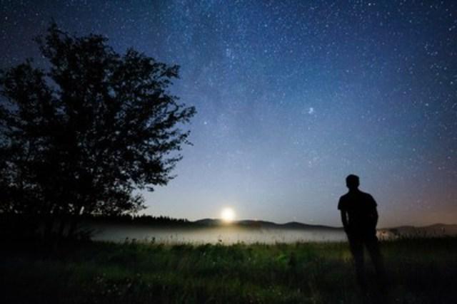 Le début d'août est le moment de s'éloigner de la pollution lumineuse pour observer les étoiles filantes (Groupe CNW/Société des établissements de plein air du Québec)