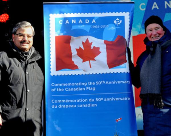 Son Excellence le très honorable David Johnston (droite), gouverneur général du Canada, se joint à Deepak Chopra (gauche), président-directeur général de Postes Canada, pour le dévoilement du timbre lors d'un événement ce matin au parc de la Confédération à Ottawa afin de souligner le cinquantième anniversaire du drapeau national du Canada. (Groupe CNW/Postes Canada)