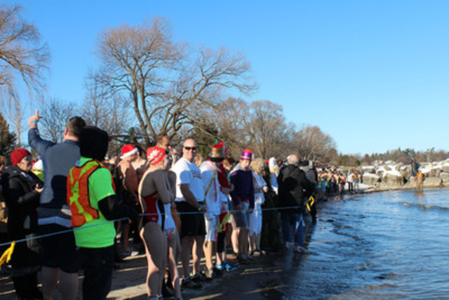 Dippers at the ready to take the plunge at Coronation Park in Oakville (CNW Group/The Courage Polar Bear Dip)