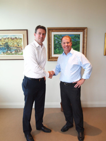 Justin MacCormack, Partner at Imperial Capital shakes hands with Steve Nicolle, CEO at STI (CNW Group/STI Technologies Limited)