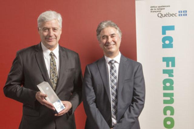 De gauche à droite, M. Charles Tisseyre, lauréat du prix Camille-Laurin 2016, et M. Robert Vézina, président-directeur général de l'Office québécois de la langue française. (Groupe CNW/Office québécois de la langue française)