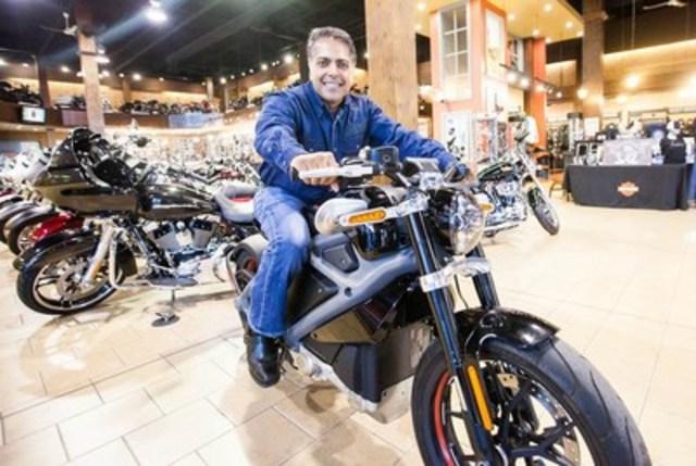 Anoop Prakash, directeur général de la nouvelle division canadienne de Harley-Davidson, à bord de la motocyclette électrique LiveWire – un prototype – chez Léo Harley-Davidson à Brossard, QC, le vendredi 11 septembre 2015. (Groupe CNW/Harley-Davidson Canada)