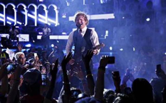 Ed Sheeran 2015 MMVAs co-host (CNW Group/Much)