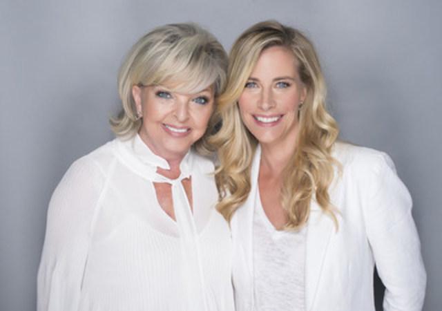 Madame Lise Watier et Julie Du Page -– Ambassadrice de la campagne « Portez la Lumière » (Groupe CNW/Familiprix)