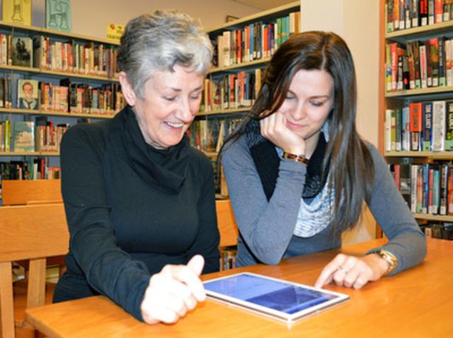 Les tablettes peuvent aider les personnes âgées à accéder à Internet. Photo du le Programme d'accès communautaire de la Nouvelle-Écosse. (Groupe CNW/Autorité canadienne pour les enregistrements Internet (ACEI))