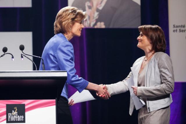 Joanne Kennedy, Directrice de Communications, Sanofi Canada, présente le Prix Florence à l'infirmière Hélène Salette. (Groupe CNW/SANOFI CANADA)