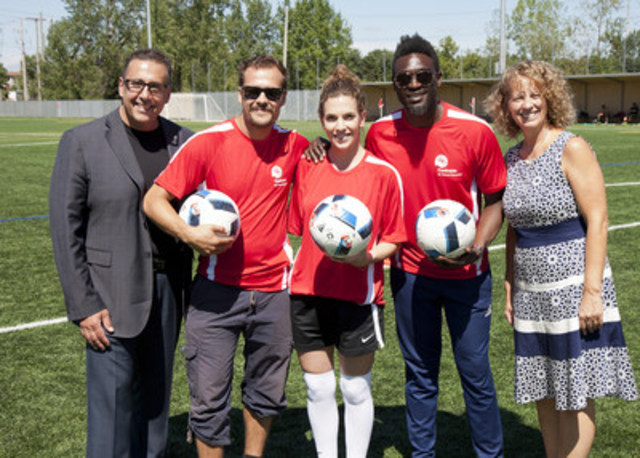 The 5th Centraide Cup raises $200,000. From left to right: Dimitrios Jim Beis, Borough Mayor, Pierrefonds-Roxboro and Member Executive Committee, Guillaume Perreault, Actor, Émilie Duquette, Journalist, RDS, Corneille, Signer, songwriter, and Lili-Anna Pereša, President and Executive Director, Centraide of Greater Montreal. (CNW Group/Centraide of Greater Montreal)
