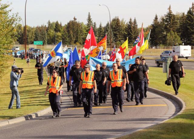 Plus de 500 membres du Syndicat des agents correctionnels du Canada (UCCO-SACC-CSN) de partout au pays mars au bureau du premier ministre Stephen Harper circonscription de Calgary de soulever des questions de sécurité dans les établissements correctionnels fédéraux. (Groupe CNW/SYNDICAT DES AGENTS CORRECTIONNELS DU CANADA (UCCO-SACC-CSN))